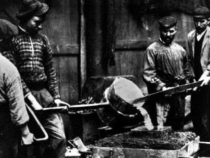 Un grupo de fundidores de la empresa La Maquinista Terrestre y Marítima de Barcelona, en el siglo XIX.