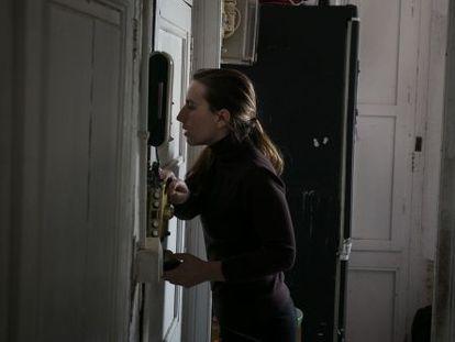 Sheila, que ha conseguido frenar su desahucio, en el interior de su casa.