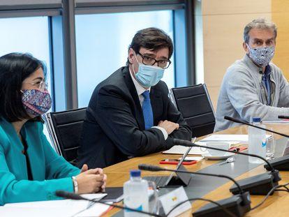 Los ministros de Sanidad y de Política Territorial y Función Pública, Salvador Illa (centro) y Carolina Darias, junto al director del Centro de Coordinación de Alertas y Emergencias Sanitarias (CCAES), Fernando Simón (derecha), durante la reunión del grupo de trabajo Covid-19 con técnicos sanitarios de Madrid, en la capital.