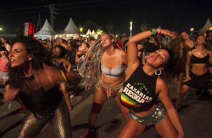Asistentes al Rototom 2018 bailando frente a uno de los múltiples escenarios del festival.