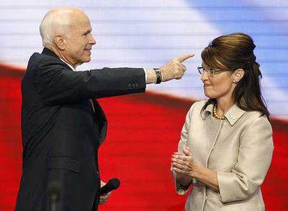 John McCain y Sarah Palin, en el escenario de la Convención de Saint Paul tras el discurso de la aspirante a la vicepresidencia.