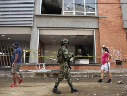 Un soldado custodia la Fiscalía de Popayán, al suroeste de Colombia, el pasado 15 de mayo.