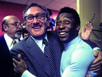 Henry Kissinger, secretario de estado con Nixon y Ford, fue portero en su Alemania natal y el principal artífice del fichaje de Pelé por el New York Cosmos. Aquí le abraza en el vestuario, en 1977, tras un partido contra el Ft. Lauderdale.