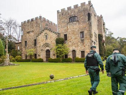 Dos guardias civiles atraviesan, el pasado 10 de diciembre, el jardín de Meirás durante el acto judicial de entrega de las llaves a la Abogacía del Estado.