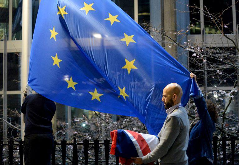 Unos empleados remplazan la bandera del Reino Unido por una de la UE, en el Parlamento Europeo, en Bruselas, el pasado 31 de enero.