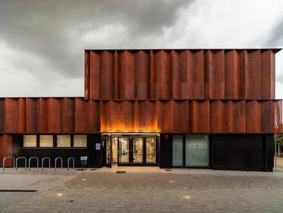 Fachada del Centro de Salud en Lodosa (Navarra) proyectado por Varquitectos.