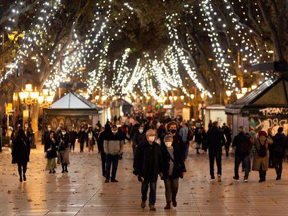 Las calles de Barcelona este jueves iluminadas por las luces navideñas.