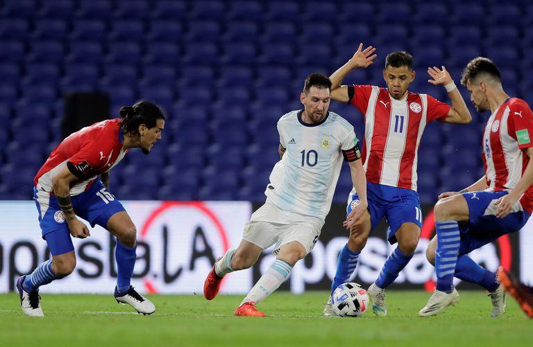 Lionel Messi conduce el balón en el partido de Argentina frente a Paraguay, en Buenos Aires.