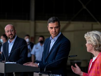 Pedro Sánchez (en el centro), con Ursula Von der Leyen y Charles Michel, en su visita a la base de Torrejón de Ardoz (Madrid).