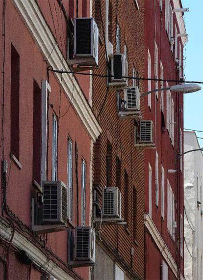 La falta de control permite colgar aparatos de aire acondicionado en fachadas y grapar cables y tuberías.