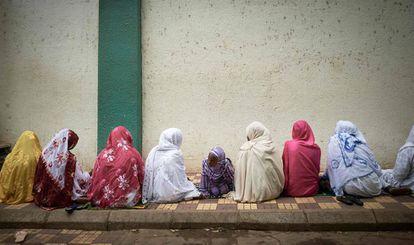 Unas mujeres llegan a la mezquita central de Bamako, en Mali, para celebrar el Eid al-Fitr, fin del mes sagrado del Ramadán, el pasado 12 de mayo en Bamao, Mali.