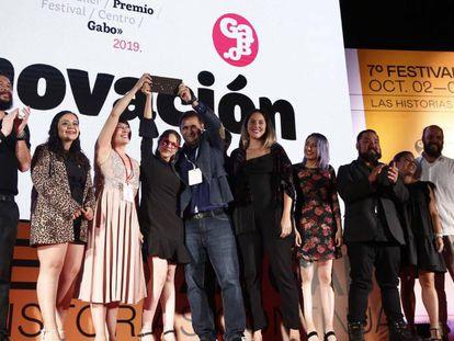 Miembros de seis medios de México y Venezuela al recibir el premio Gabo en la categoría Innovación