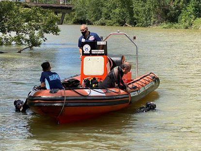 Tareas de búsqueda del joven desaparecido este sábado en el río Pisuerga, en Valladolid.