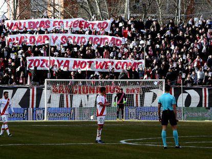 Pancartas en las gradas del Campo de Fútbol de Vallecas contra el fichaje del jugador ucranio Zozulya en 2017.