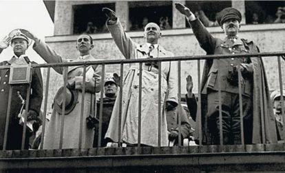 Adolf Hitler realiza el saludo nazi junto a otros miembros del partido en las gradas del campo de regatas de Grünau.
