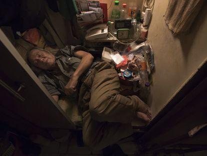 Cheung Chi-fong, de 80 anos, dorme em sua pequena 'casa-caixão', onde falta espaço para esticar as pernas.