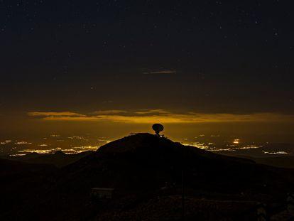 En primer plano, el observatorio que el IAA tiene en Sierra Nevada. Tras él, las luces de Granada en una imagen de 2017.