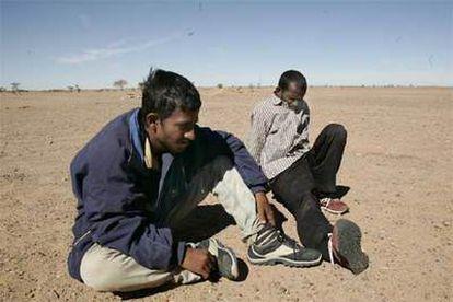 Los dos inmigrantes de Bangladesh recogidos por el Frente Polisario en Bir Lehlu.