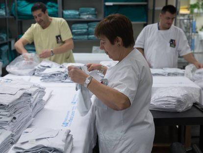 El servicio de lencería del Hospital La Paz, que recoge la ropa que llega de la lavandería externa y selecciona cuál se puede utilizar y cuál hay que devolver.
