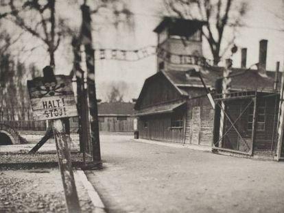 La entrada principal al campo de concentración de Auschwitz (Polonia), fotografiada por el autor de la exposición.