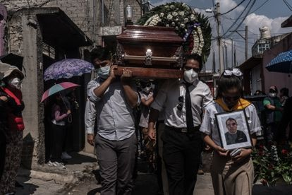 Andrea Pineda, hermana de Immer, encabeza la procesión para llegar al panteón donde sepultarán a su hermano, el pasado 6 de mayo.