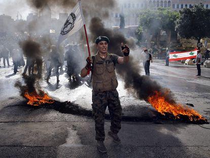 Un militar jubilado sostiene una bandera del Ejército libanés durante una manifestación en Beirut