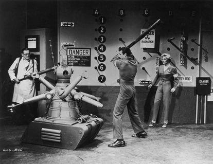 De iquierda a derecha: Herbert Marshall (1890 - 1966), Richard Egan (1921 - 1987) y Constance Dowling (1920 - 1969) en la película 'Gog', de 1954.