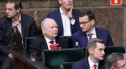 El líder del PiS, Jaroslaw Kaczynski, a la izquierda, sentado junto al primer ministro, Mateusz Morawiecki, ayer en el Congreso.