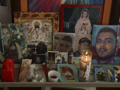 Durante la acampada en la fiscalía, las familias construyeron un altar con las fotos de sus hijos.