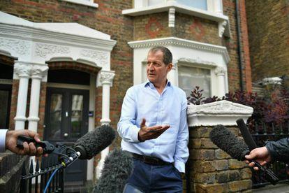 El exasesor de Tony Blair, Alastair Campbell, se dirige a los medios este martes en la puerta de su domicilio, en Londres