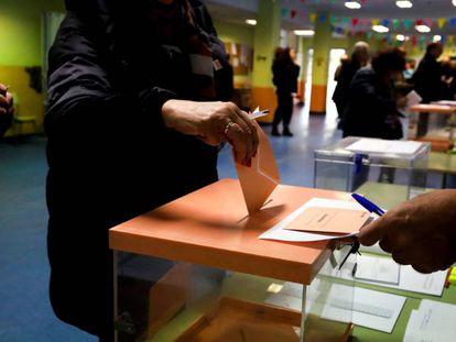 Un ciudadano introduce una papeleta en la urna en las elecciones generales del 10 de noviembre de 2019.
