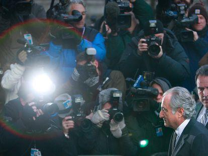 Bernard Madoff entra en el tribunal federal de Nueva York el 12 de marzo de 2009 ante una lluvia de flashes de los fotógrafos.