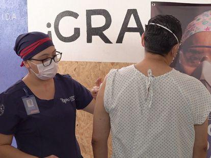Voluntarios reciben la inyección de la vacuna experimental contra el covid-19 en Oaxaca, México, el pasado viernes.