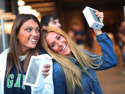 Las primeras que se han acercado a comprar el iPhone 7 a la tienda de Apple en Madrid.