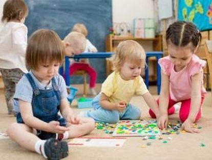 Niños jugando en una escuela infantil, una de las etapas donde los docentes priorizarían la educación presencial al 100%.  JCCM 17/06/2020