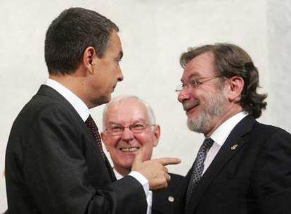 José Luis Rodríguez Zapatero, Víctor García de la Concha (en segundo plano) y Juan Luis Cebrián, ayer en la Academia Española.