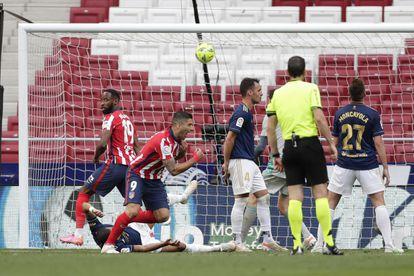 Luis Suárez celebra el gol de la remontada ante Osasuna este domingo en el Wanda Metropolitano.