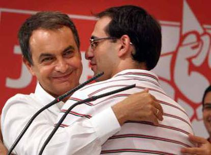 Zapatero abraza al nuevo secretario general de las Juventudes Socialistas, Sergio Gutiérrez.