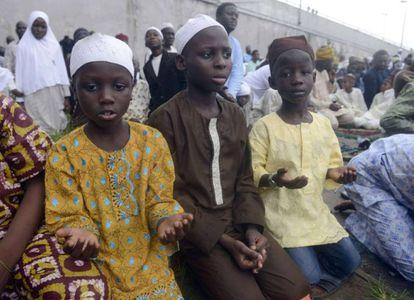 Niños musulmanes rezando en Lagos el pasado julio.