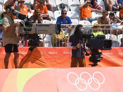 Dos cámaras de televisión graban durante una prueba de los Juegos Olímpicos de Rio 2016.