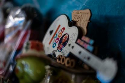 Un llavero con forma de la guitarra de la película Coco y la imagen de Salud Ramírez.