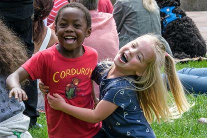 Las muestras de cariño no dejan de ser construcciones sociales. Para un niño el afecto puede ser una sonrisa espontánea o que nos deje su juguete favorito.
