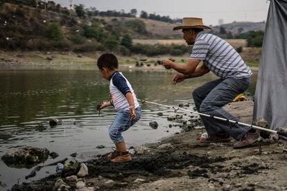 Un hombre pesca en la represa Madín, en el estado de México, el martes.