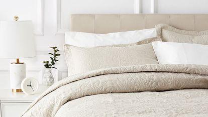 Elegimos una colcha de entretiempo para la cama de la firma Amazon Basics, idónea para la época otoñal y con un diseño elegante y discreto.