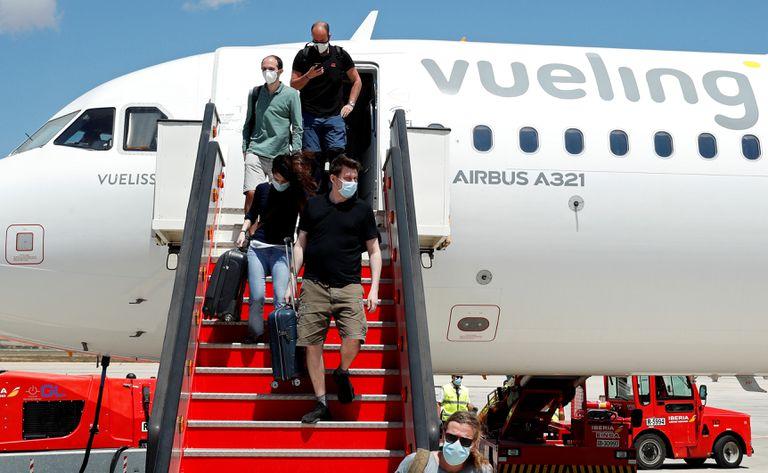 Pasajeros de un avión de Vueling llegan a Palma de Mallorca.