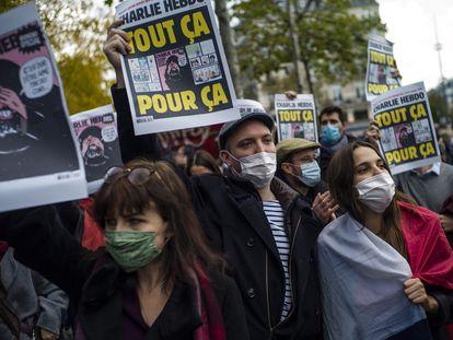 Manifestantes en París, durante una protesta contra el terrorismo tras la muerte del profesor Samuel Pay, este octubre.