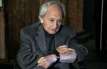 Noah Klieger enseña su número de prisionero de Auschwitz tatuado en el brazo.