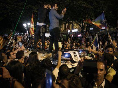 Los entonces líderes de Omnium Cultural, Jordi Cuixart (izquierda) y de la ANC, Jordi Sànchez (derecha), encima del capó de un vehículo policial el 20 de septiembre de 2017 en Barcelona.