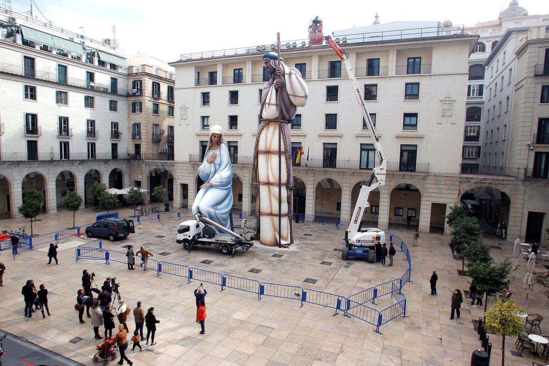 Montaje del belén gigante de Alicante.