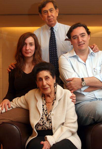 Amalia Solórzano, viuda de Lázaro Cárdenas, con su hijo Cuauhtémoc y sus nietos Camila y Cuauhtémoc.